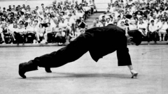 Bruce Lee two finger pushup.jpg